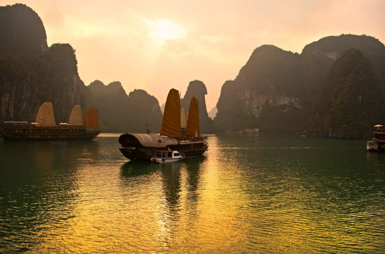 enjoy_the_first_moments_of_a_day_on_halong_bay_1