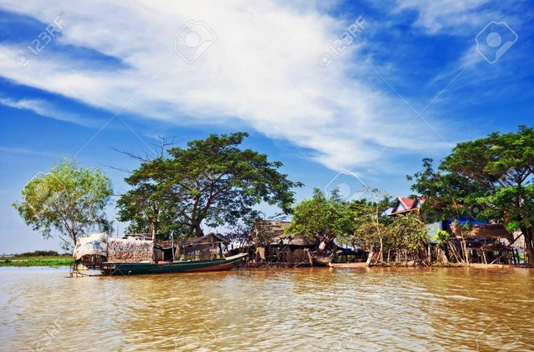 40963043-the-village-on-the-water-tonle-sap-lake-cambodia