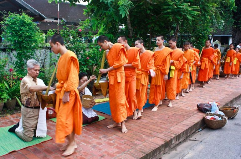 LuangPrabang-monks2