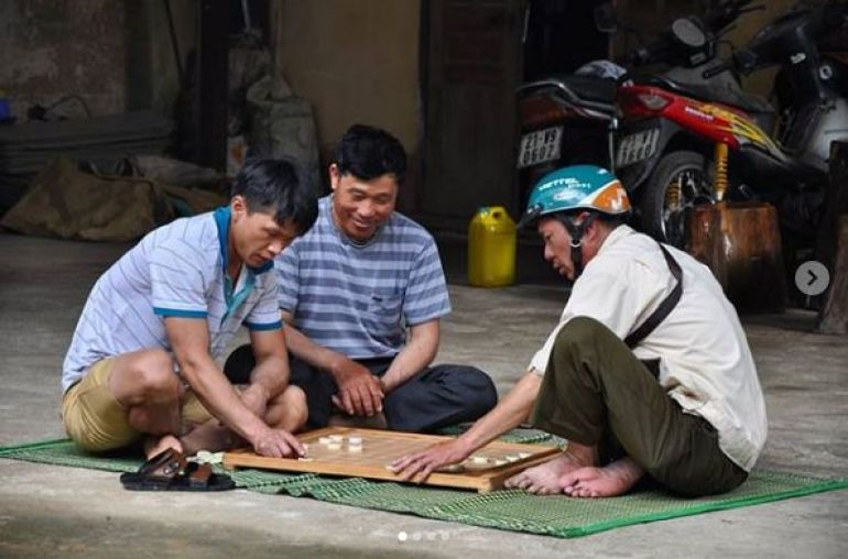 Local-people-playing-chess